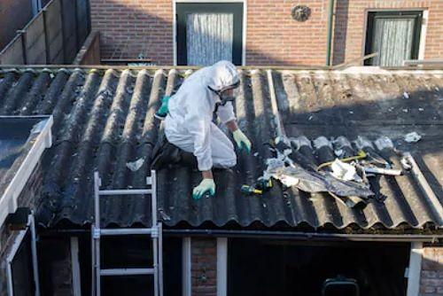 Retirando tejado de amianro en La Estrada